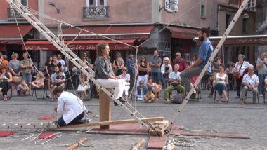 Une scène improvisée faite de des morceaux de bois, de trois échelles et de cordes © Joël Kermabon - Place Grenet