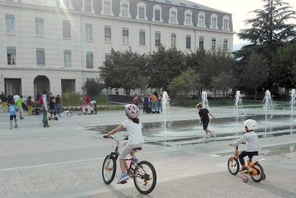 Enfants jouant sur l'Esplanade Alain Le Ray, Caserne de Bonne à Grenoble. © Muriel Beaudoing - Placegrenet.fr