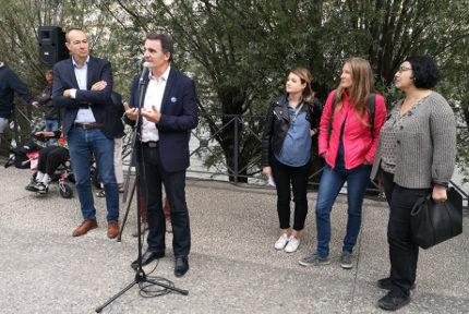 """Éric Piolle et trois des porteuses du projet """"Un pas vers l'eau"""". © Joël Kermabon - Place Gre'net"""