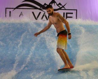 Le complexe La Vague à Échirolles, lancé en septembre 2019, permet de pratiquer le surf. © La Vague