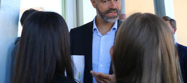 Le président de Région Laurent Wauquiez au lycée Ferdinand-Buisson de Voiron lors de la mise en place de la gratuité des manuels scolaires © Patricia Cerinsek