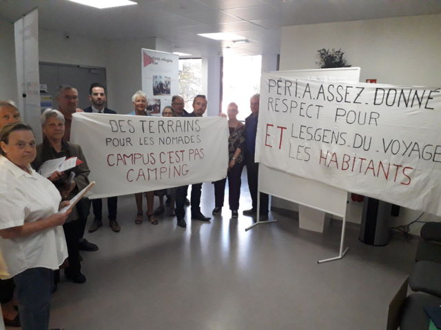 Des membres du collectif Gens du Voyage - Péri - Les Tailées devant la salle du conseil métropolitain. © Thomas Courtade