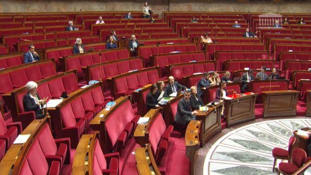 L'Assemblé nationale a donné le feu vert à une expérimentation du cannabis thérapeutique, défendue par le député de l'Isère Olivier Véran.Le vote s'est déroulé dans un hémicycle... pour le moins clairsemé. © Assemblée nationale