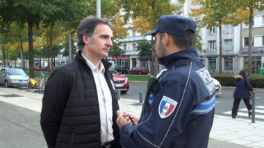 Éric Piolle en discussion avec un responsable de la police municipale de Grenoble. © Joël Kermabon - Place Gre'net