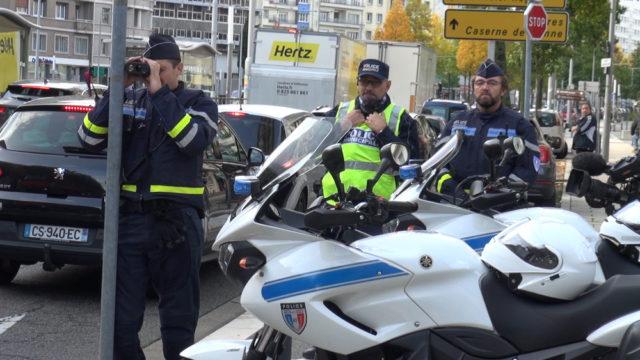 Avant d'utiliser un jour la vidéo-verbalisation, la police municipale de Grenoble contrôle la vitesse des véhicules boulevard Maréchal Joffre. © Joël Kermabon - Place Gre'net