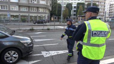 La police municipale de Grenoble au cours d'un contrôle de vitesse en attendant peut-être la vidéo-verbalisation. © Joël Kermabon - Place Gre'net