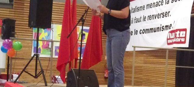 Discours de Chantal Gomez devant une centaine de sympathisants de Lutte Ouvrière lors de la fête annuelle du parti à Grenoble. © Thomas Courtade - Place Gre'net