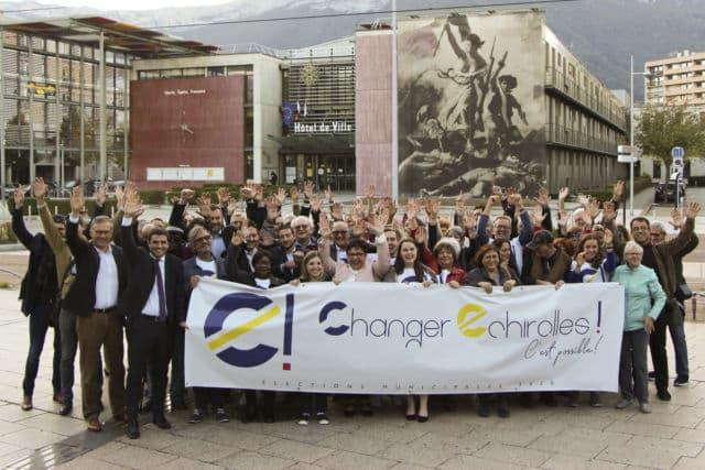 Fabienne Sarrat entourée de ses soutiens devant l'hôtel de ville à Echirolles © Fabienne Sarrat