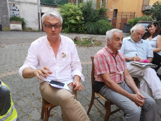 Luc Gwiazdzinski et Bernard Floris lors de la présentation de leur ouvrage aux gilets jaunes. © Joël Kermabon - Place Gre'net