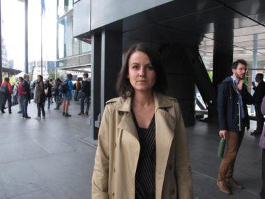 Maeva Binimélis, avocate des maraudeurs briançonnais qui portent secours aux migrants, devant la tribunal d'instance de Grenoble, le 2 oct 2019 devant le tribunal d'instance de Grenoble © Séverine Cattiaux - Place Gre'net