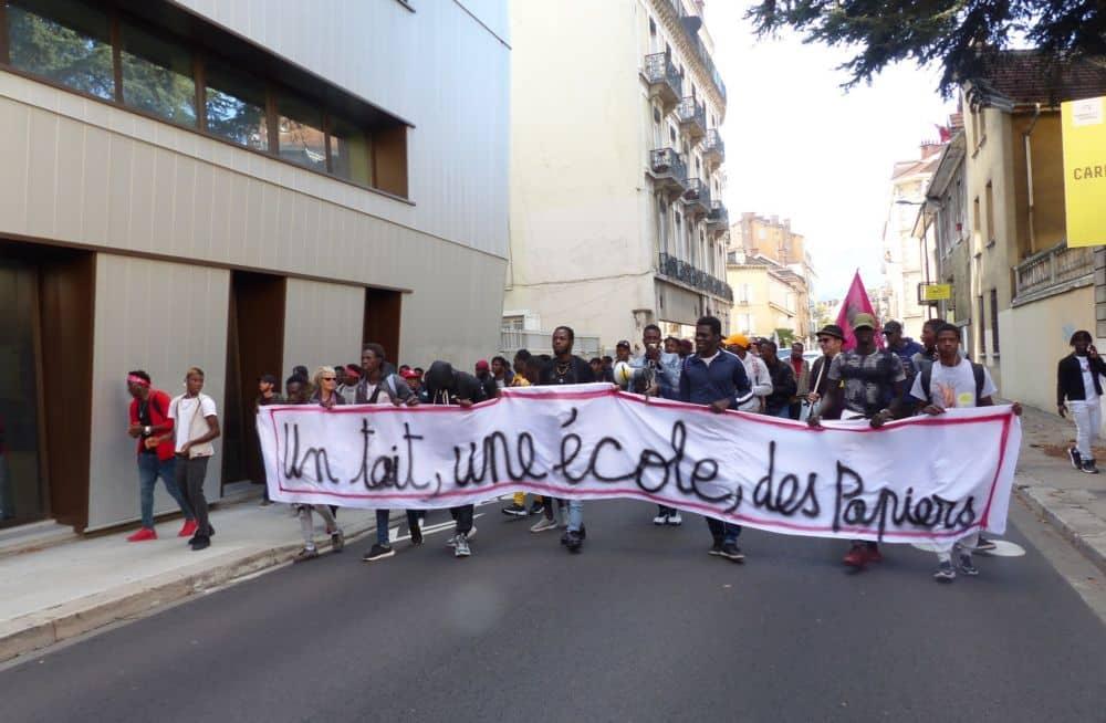 Les jeunes majeurs étrangers sans logement en appellent au rectorat de Grenoble, avec le soutien de la CGT, du Solidaires et du Dal. La soixantaine de manifestants, en majorité des jeunes, ont arpenté les rues de Grenoble en direction du Rectorat © Florent Mathieu - Place Gre'net
