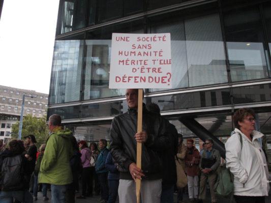 Mobilisation en soutien au Briançonnais Kevin, accusé de délit de solidarité envers les migrants mercredi 2 octobre 2019, au tribunal d'instance de Grenoble. © Séverine Cattiaux - Place Gre'net
