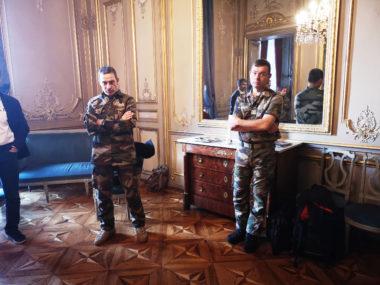 Le général Pierre-Joseph Givre et son aide de camp dans un des salons de l'hôtel des troupes de montagne place de Verdun. © Joël Kermabon - Place Gre'net
