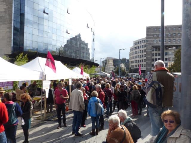 Environ 250 personnes se sont réunies devant le Palais de justice de Grenoble le 24 octobre en soutien aux migrants et à leurs aidants.Rassemblement devant le Palais de Justice de Grenoble © Florent Mathieu - Place Gre'net