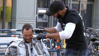 Un salon de coiffure improvisé en pleine rue. © Joël Kermabon - Place Gre'net