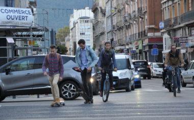 """Le Céréma approuve la démarche """"métropole apaisée"""". Skates, vélos et voitures à Grenoble. © Muriel-Beaudoing - Place Gre'net"""