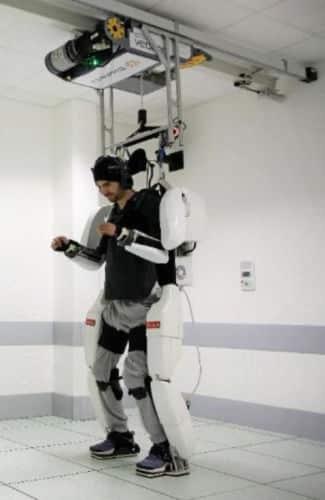 Pilotage de l'exosquelette quatre membres par Thibaut, jeune tétraplégique, dans le cadre du projet BCI mené à Clinatec. © Clinatec