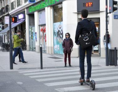 Les premières trottinettes électriques en libre service sont annoncées à Grenoble dès novembre… si le décret encadrant leur circulation est promulgué.Jeune homme à trottinette qui attend au passage piéton, à Grenoble. © Muriel Beaudoing - placegrenet.fr