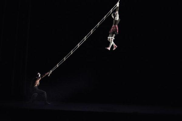Spectacle Oh oh, le 18 décembre donné par la compagnie Baccalà, un duo de clown acrobatique, burlesque. DR