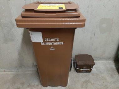La nouvelle poubelle marron et le bio-seau remis par des agents mandatés par la Métropole