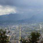 Vue plongeante sur l'agglomération grenobloise où l'on aperçoit des nuages brumeux qui cachent les montagnes ainsi que la longévité du cours jean jaurès. ©Muriel Beaudoing