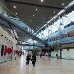 Couloir du Palais de Justice de Grenoble où on peut voir une avocate. ©Malo Dumay Joubert - Placegrenet.fr