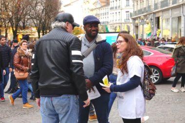 Le personnel du CHU a diffusé des tracts et discuté avec les passants. © Raphaëlle Denis - Place Gre'net