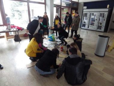 Les étudiants en travail social de l'IFTS d'Echirolles en pleine préparation de leur manisfestation. © Thomas Courtade - Place Gre'net