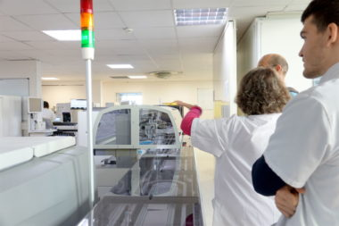 Analyse médicale : l'Institut de Biologie et de Pathologie (IBP) du CHU Grenoble-Alpes a développé deux installations novatrices. Institut de biologie et de pathologie au CHU Grenoble-Alpes (Chuga).