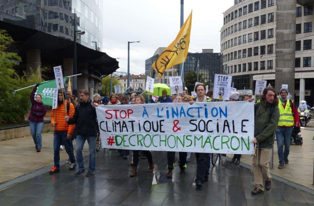 Banderole et drapeaux en direction du Palais de Justice pour le rassemblement © Florent Mathieu - Place Gre'net