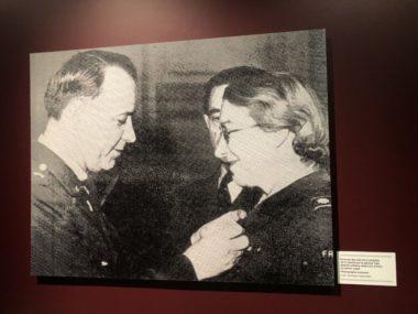 Photographie de Rose Valland, le 23 janvier 1948, qui se fait décerner la médaille de la Liberté par le général Tate, attaché militaire américain à Paris. ©Manon Heckmann
