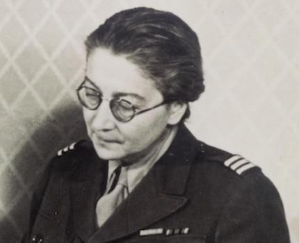Rose Valland en battle-dress (uniforme) examinant des tableaux, probablement au Collecting Point de Wiesbaden (Allemagne), 1946. Coll. Centre des Archives diplomatiques du ministère des Affaires étrangères