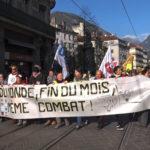 Les gilets jaunes et des organisations syndicales, associatives et citoyenne ont participé à une manifestation placée sous le signe de la convergence des luttes. © Joël Kermabon - Place Gre'net