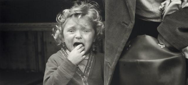 Une jeune fille prise en photo par Vivian Maier en 1959, à Grenoble. © Estate of Vivian Maier, Courtesy of Maloof Collection and Howard Greenberg Gallery, NY