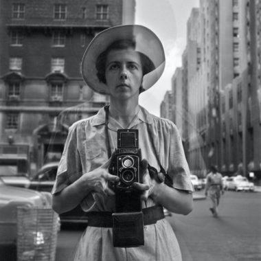 L'un des nombreux autoportrait de Vivian Maier, une discipline dans laquelle la photographe excelle. © Estate of Vivian Maier, Courtesy of Maloof Collection and Howard Greenberg Gallery, NY