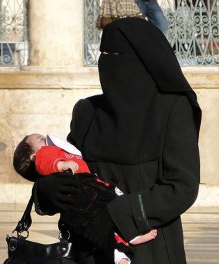 A partir de ce 4 novembre, la cour d'assises de l'Isère jugera de jeunes parents adeptes de l'islam salafiste, après la mort de leur fille de quinze mois. Image d'illustration