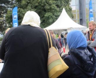 Femmes voilées de dos. ©Muriel Beaudoing - PlaceGrenet.fr