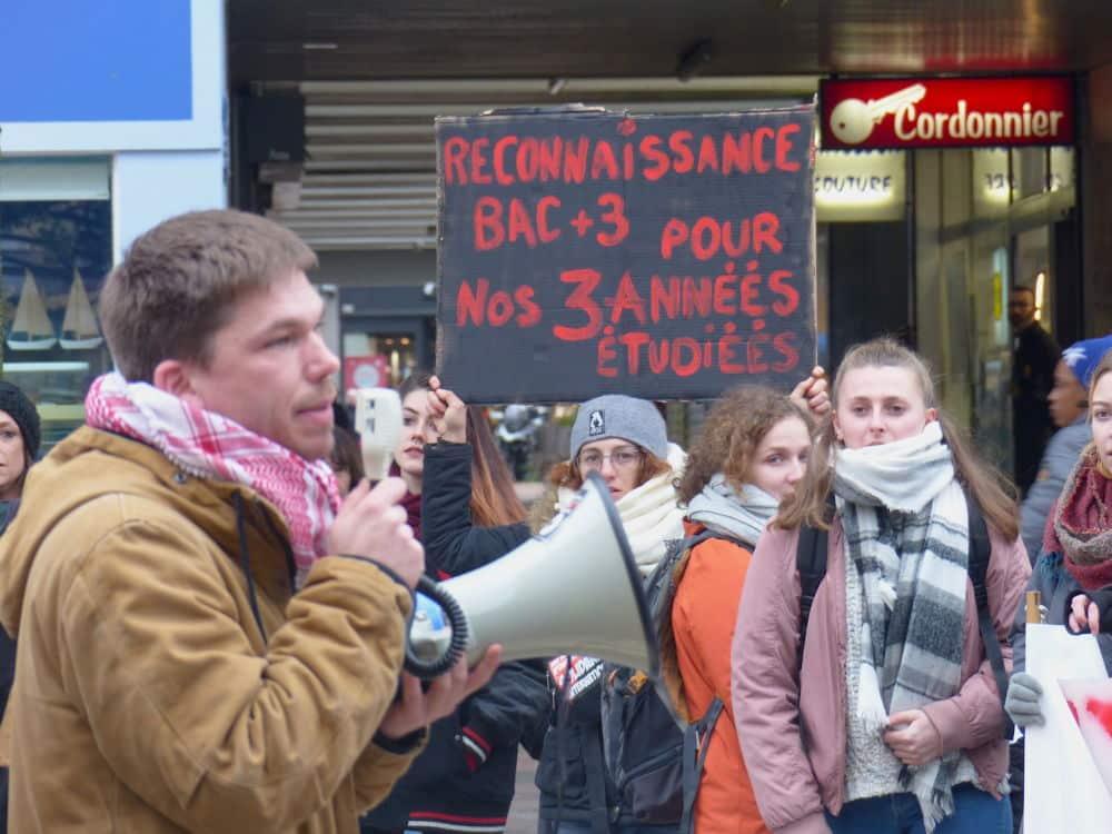 Manifestation des étudiants en travail social, place Sainte-Claire. ©Manon Heckmann - Placegrenet.fr