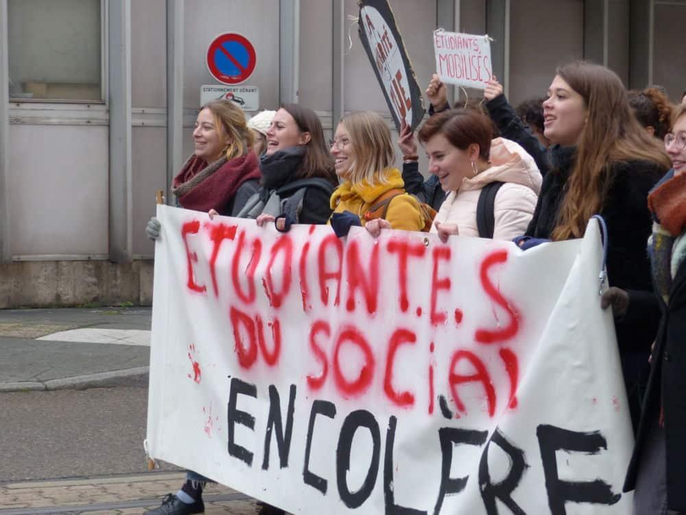 Manifestation des étudiants en travail social, sur les rails du tram, direction Hubert-Dubedou. ©Manon Heckmann - Placegrenet.fr