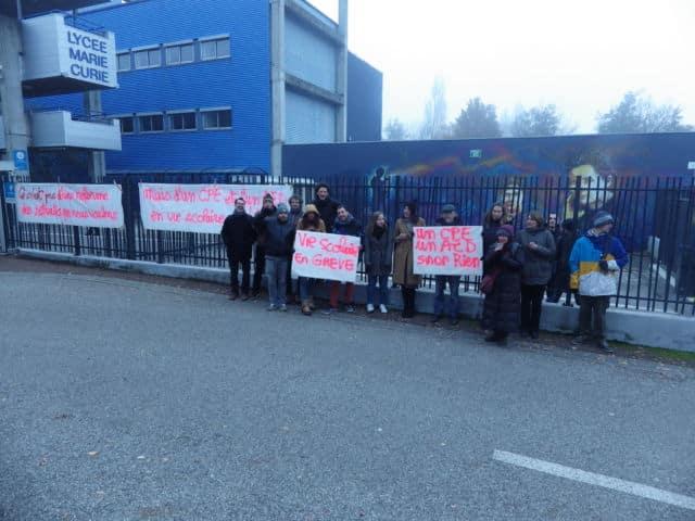 Blocages lycée Marie-Curie d'Échirolles, encore mobilisé ce vendredi 6 décembre au matin, avec des barrages filtrants à l'entrée de l'établissement. © Thomas Courtade - Place Gre'net