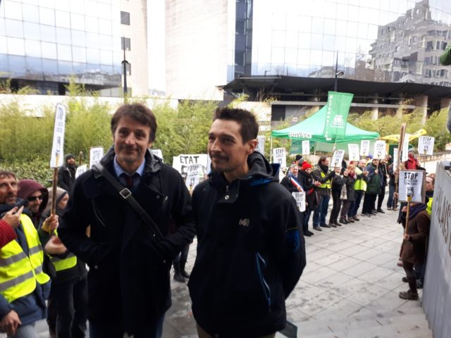 Le décrocheur Olivier Stamenoff et son avocat montent les marches du Palais de justice de Grenoble entourés d'une haie d'honneur © Alternatiba Grenoble