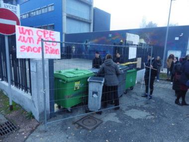 Des lycéens ont installé des poubelles pour bloquer l'accès au lycée Marie-Curie © Thomas Courtade - Place Gre'net