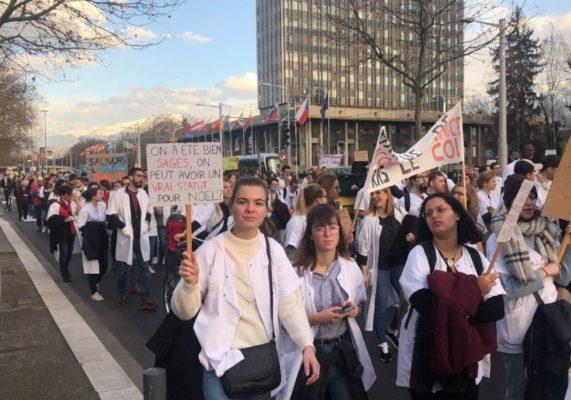 Plus de 1000 soignants ont défilé dans les rues de Grenoble ce mardi. © Manon Heckmann - Place Gre'net