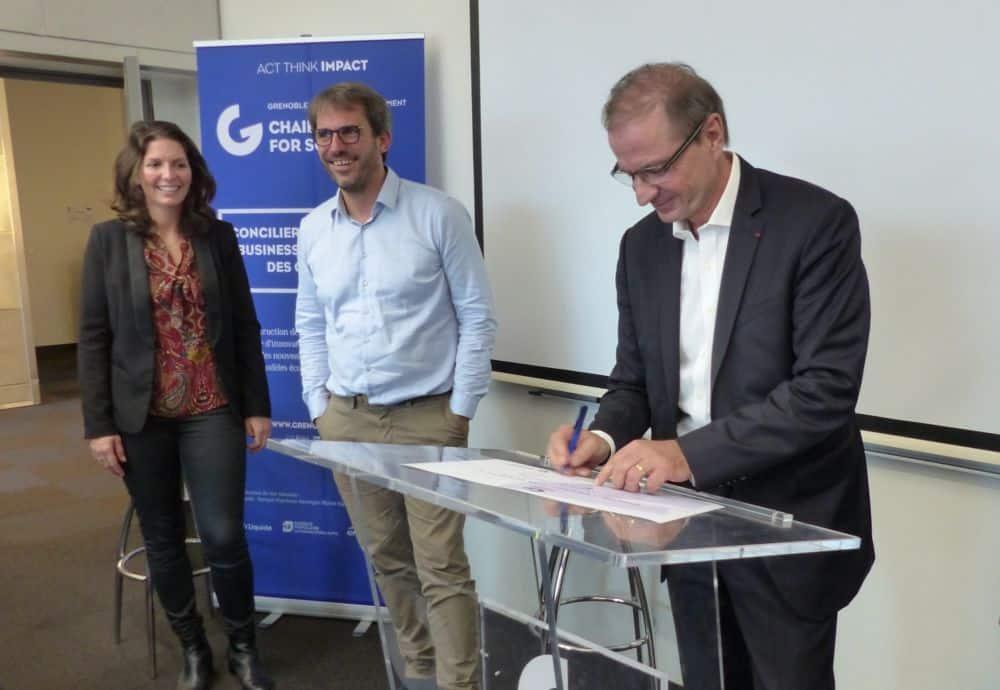 Le directeur de Gem Loïck Roche signe très officiellement le lancement de la chaire consacrée à la transition énergétique © Florent Mathieu - Place Gre'net