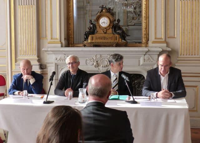 De gauche à droite, Bernard Le Risbé (AMF), Christophe Dansette (Vencorex), Lionel Beffre et Pierre-Emmanuel Piarulli (Umicore Grenoble) présentent la Charte sur le transport routier de matières dangereuses © Florent Mathieu - Place Gre'net