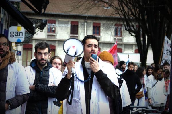 En grève depuis le 10 décembre, les internes des CHU de Grenoble, Chambéry et Annecy ont manifesté pour l'amélioration de leurs conditions de travail.
