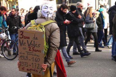 Une nouvelle mobilisation contre la réforme des retraites a réuni de nombreux manifestants de tous les secteurs ce mardi 10 décembre 2019 à Grenoble.La réforme prévoit la mise en place d'un système à points totalement différent du système de cotisations actuel. © Raphaëlle Denis - Place Gre'net
