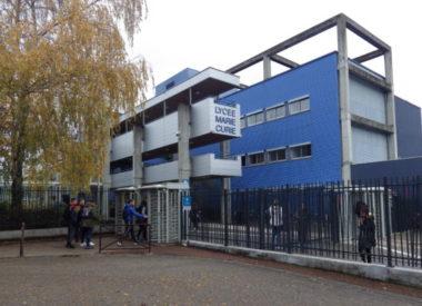 Des élèves rentrent dans le lycée Marie Curie, situé dans le centre ville d'Echirolles. © Thomas Courtade - Place Gre'net