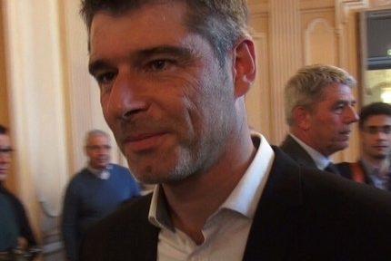 Le sénateur de l'Isère Guillaume Gontard quitte le groupe communiste et devient le chef de file du nouveau groupe écologiste au Sénat.