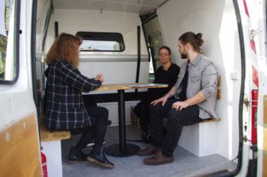La caravane des droits comporte une salle de discussion à l'arrière et une salle d'attente au milieu. © Anissa Duport-Levanti